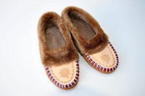 Кожаные тапочки от Karpaty – лучший подарок на любой праздник!